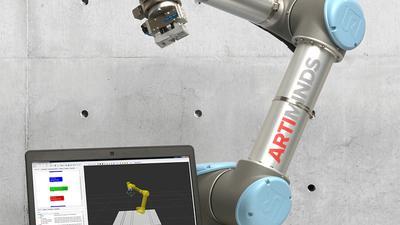 Ein Roboter und seine 3 D-Simulation: Auf dem Laptop wird er programmiert, um am Ende in der Industrie rastlos mit anzupacken. Foto: Artiminds