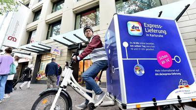Der Drogeriemarktkonzern dm testet in seiner Heimatstadt die Expresszustellung per Lastenrad.