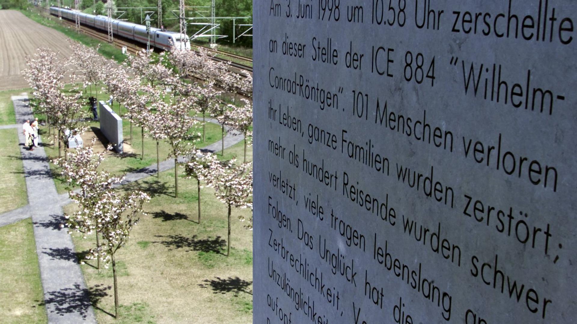 An der Gedenkstätte für die Opfer der Bahnkatastrophe in Eschede fährt am Freitag  in Eschede ein ICE entlang.