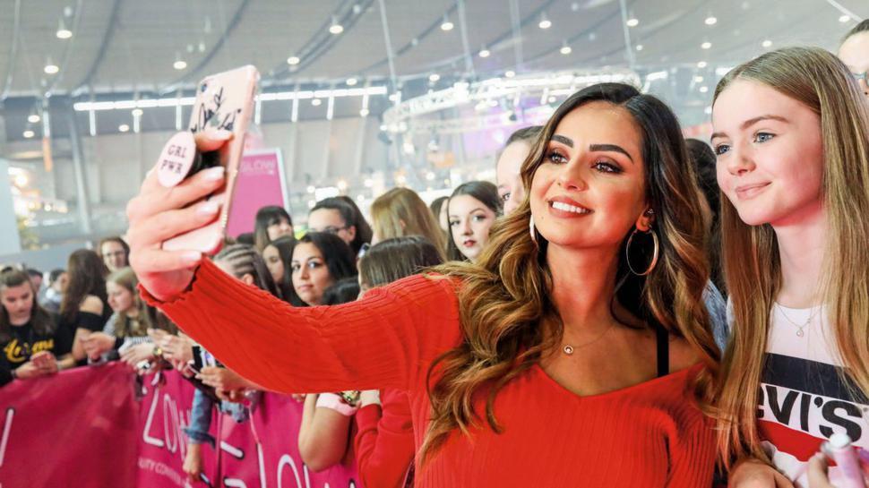 Instagram-Stars posieren mit ihren meist jungen Fans für Fotos. Dass sie auch als Werbeträger fungieren, sehen manche Menschen kritisch.