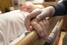Einblicke in die häusliche Pflege von Angehörigen in der eigenen Familie bei einer Demenzerkrankung. u.B.z. 83 jährige Ehefrau pflegt Ihren 85 jährigen Ehemann und reinigt Ihm die Hand. Familienpflege bei einer Demenzerkrankung.