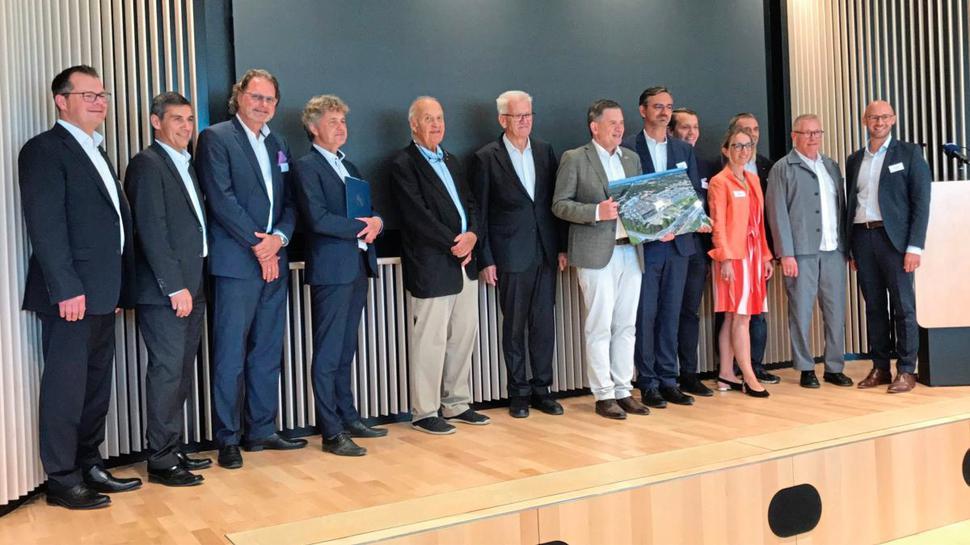 Die Geschäftsführer von dm-Drogeriemarkt mit Ministerpräsident Winfried Kretschmann und Oberbürgermeister Frank Mentrup.