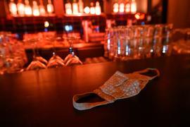 Ein Mund-Nasen-Schutz  liegt auf dem Tresen einer Bar.