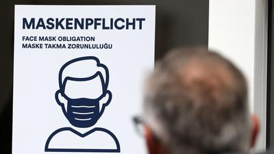 Hinweisschilder zur Maskenpflicht gibt es in manchen Bank-Filialen noch nicht allzu lange.