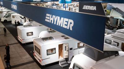 Reisemobile und Caravans sind am Messestand des Wohnmobilunternehmens Hymer GmbH & Co. KG am Vortag der Reisemesse CMT zu sehen.