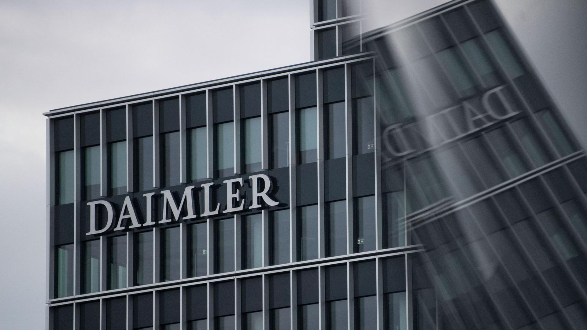 Das Logo der Daimler AG an der Konzernzentrale.