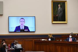Auf dem Bildschirm zugeschaltet: Facebook-Chef Mark Zuckerberg wehrt sich gegen die Vorwürfe.