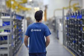 Ein Mitarbeiter des Flugzeugbauers Airbus arbeitet im Airbus-Werk im westfranzösischen Bouguenais.