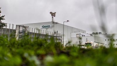 Beim Fleischbetrieb Tönnies wird wieder in zwei Schichten gearbeitet.