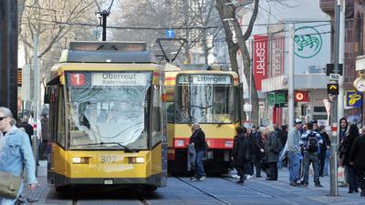 Straßenbahnen in der Karlsruher Innenstadt. Von der niedrigeren Mehrwertsteuer profitieren nur weniger Kunden im Nahverkehr.