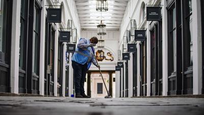 Ein Arbeiter im Covent Garden. Großbritannien steht Experten zufolge in diesem Jahr ein erheblicher Anstieg der Arbeitslosigkeit infolge der Corona-Krise bevor.