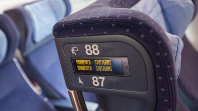 Wer mit der Bahn fährt, zahlt für die Reservierung derzeit 4,50 Euro. In der ersten Klasse ist der feste Sitzplatz im Fahrpreis enthalten.