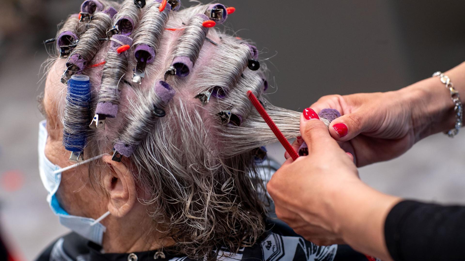 In der Corona-Krise gegen viele Kunden nicht mehr so oft zum Friseur, beklagt die Branche.