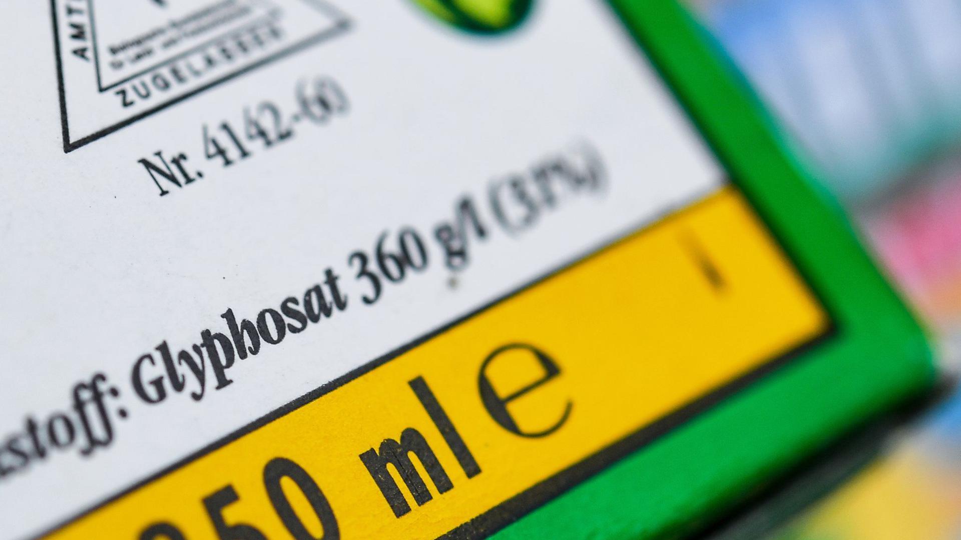 Verpackung eines Unkrautvernichtungsmittels, das den Wirkstoff Glyphosat enthält. Der Agrarchemie- und Pharmakonzern Bayer bekommt bei der angestrebten Einigung im milliardenschweren US-Glyphosatstreit erneut Gegenwind.