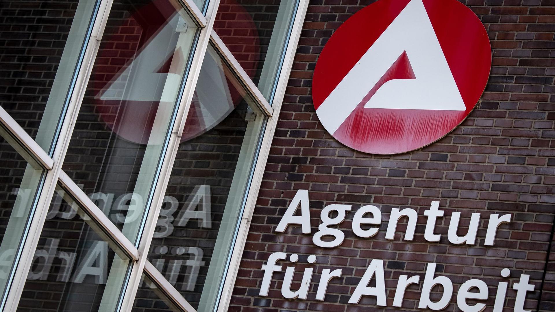 Ein Schild weist auf die Agentur für Arbeit hin. Im August waren 2,95 Millionen Menschen inDeutschland ohne Job.