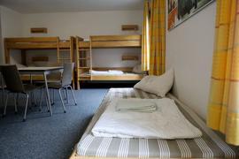 Ein leeres Zimmer in der Jugendherberge in Köln-Deutz. Erst Corona-Zwangspause, jetzt fehlende Klassenfahrten.