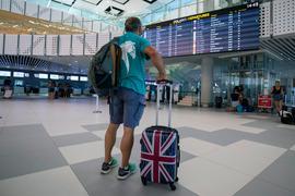 Ein Reisender am Flughafen Split. Das Auswärtige Amt hatte vor kurzem für zwei südliche Verwaltungsbezirke in Kroatien eine Reisewarnung ausgesprochen.