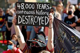 Demonstranten versammeln sich  Anfang Juni vor der Geschäftsstelle von Rio Tinto in Perth, nachdem der Bergbaukonzern zweie heilige Stätten der Aborigines hatte sprengen lassen.