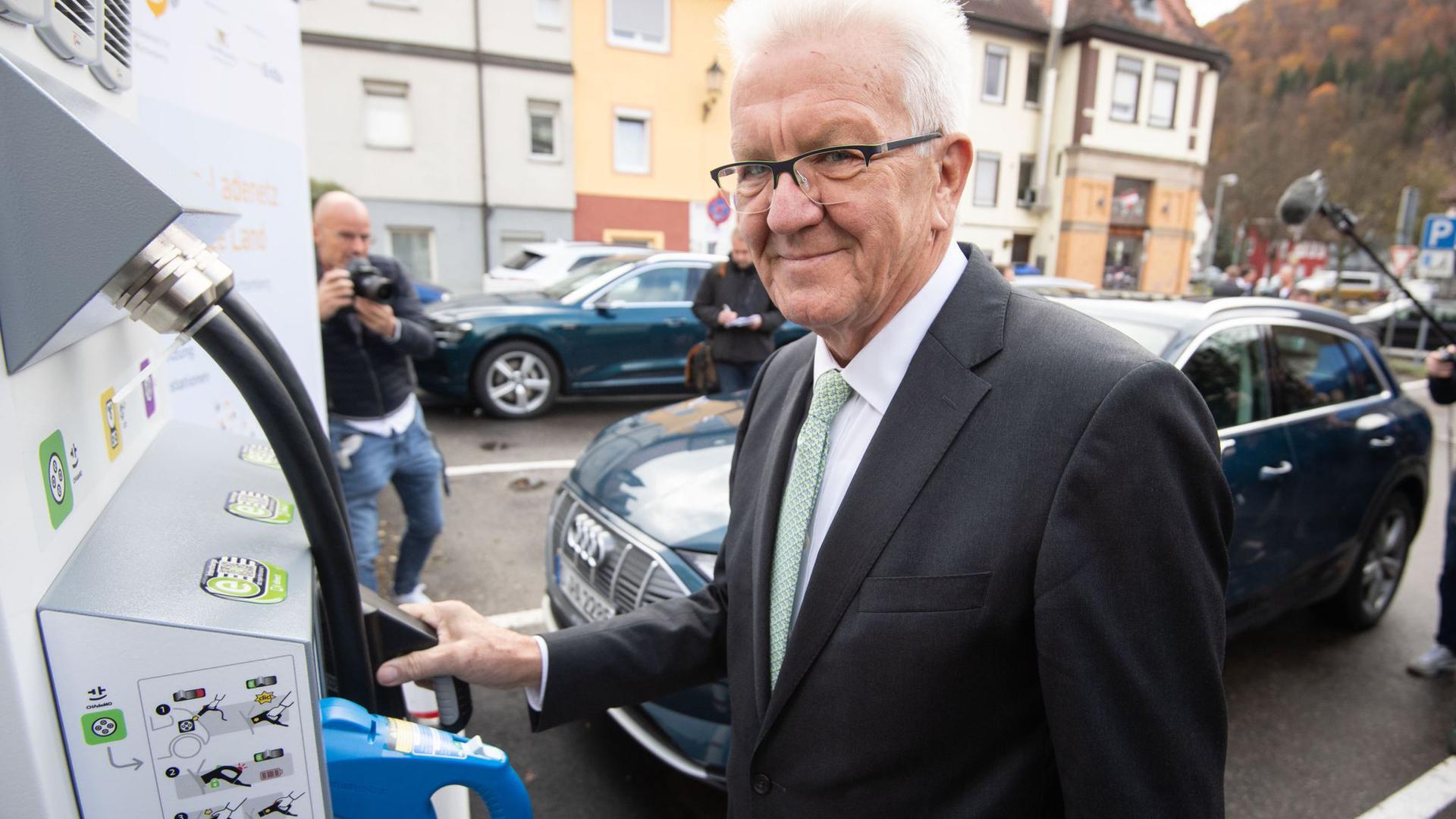 """Winfried Kretschmann (Bündnis 90/Die Grünen)  während eines Pressetermins zum Abschluss des Projekts """"SAFE"""" zum Aufbau von Elektroauto-Ladesäule."""
