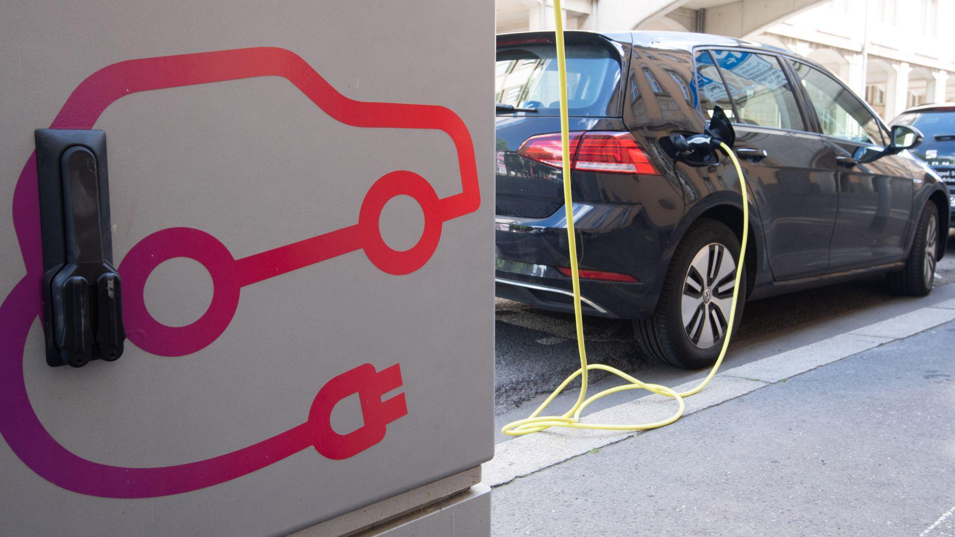 Ein Volkswagen e-Golf lädt an einer öffentlichen Ladesäule für Elektroautos in Hannover.