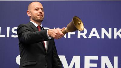 Christian Bruch, der Vorstandsvorsitzende von Siemens Energy, läutet in der Frankfurter Wertpapierbörse traditionell die Glocke nach der Erstnotierung seines Unternehmens.