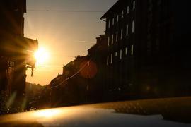 Die Morgensonne scheint in eine Straße in Stuttgart.