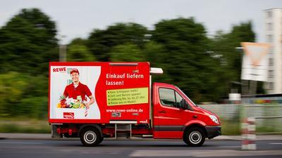 Wegen Corona mehr auf der Straße: Ein Lieferwagen von Rewe Online.