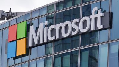Das Microsoft-Logo ist in Issy-les-Moulineaux, außerhalb von Paris, an einem Bürogebäude zu sehen. Mit einer günstigeren Rechnervariante will Microsoft auch bei der Ausstattung von Schulen punkten.