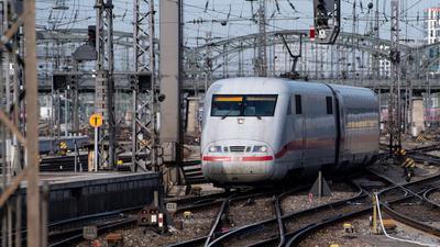 Ein ICE der Deutschen Bahn fährt in den Hauptbahnhof ein. Öfter mal den Fuß vom Gas nehmen - das ist auch das Motto für viele Lokführer.