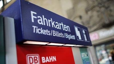 Ein Fahrkartenautomat der Deutschen Bahn steht in Wiesbaden (Hessen). Das Reisen mit der Bahn wird wieder teuerer.