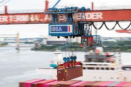 Ein Container wird auf dem Container Terminal Altenwerder im Hamburger Hafen mit einer Containerbrücke auf ein Schiff geladen. Nur in kleinen Schritten kommt Deutschlands Exportwirtschaft aus dem Corona-Tief.