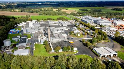 Der Schlachthof des Lebensmittelkonzerns Vion in einem Gewerbegebiet am Ortsrand (Luftaufnahme mit Drohne).