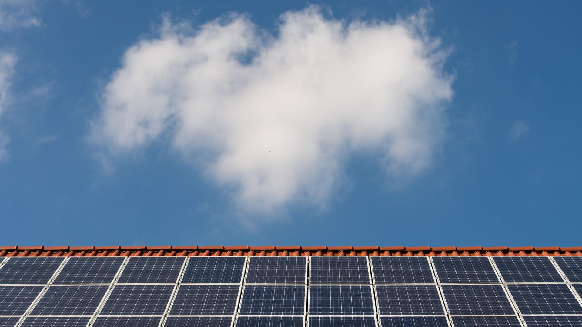 Solarzellen auf einem Ziegeldach.
