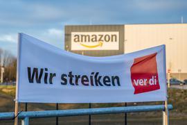 Amazon-Mitarbeiter fordern eine höhere Bezahlung.