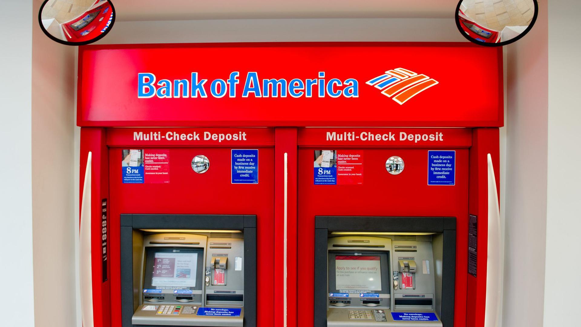 Geldautomaten in einer Filiale der Bank of America in New York.