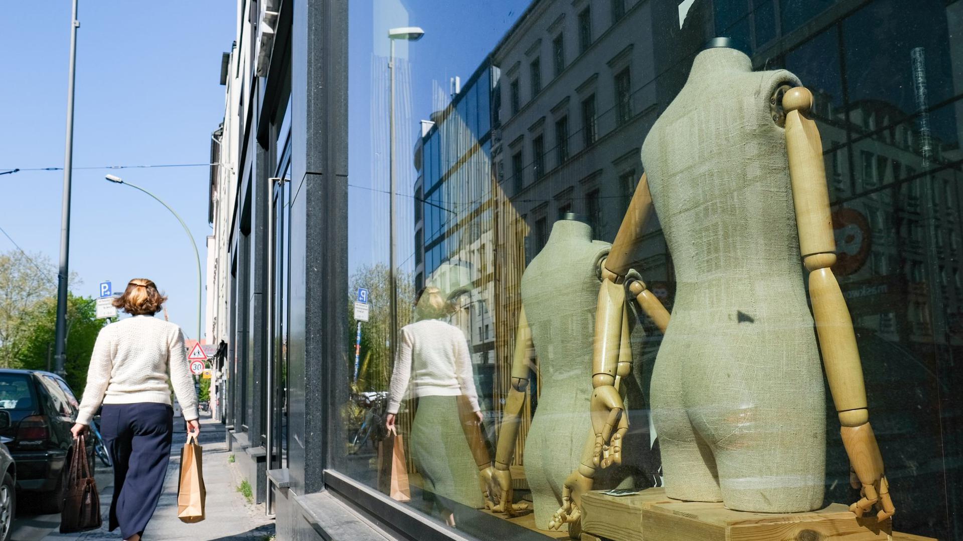 Leere Schaufensterpuppen in einem geschlossenen Geschäft zu sehen. Die Deutsche Bundesbank hat an die Kreditinstitute appelliert, den Geldhahn auch bei steigenden Firmenpleiten offen zu lassen.