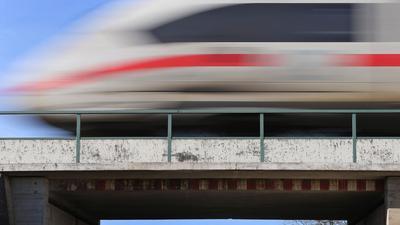 Ein ICE fährt auf der Bahnstrecke Augsburg-Ulm.