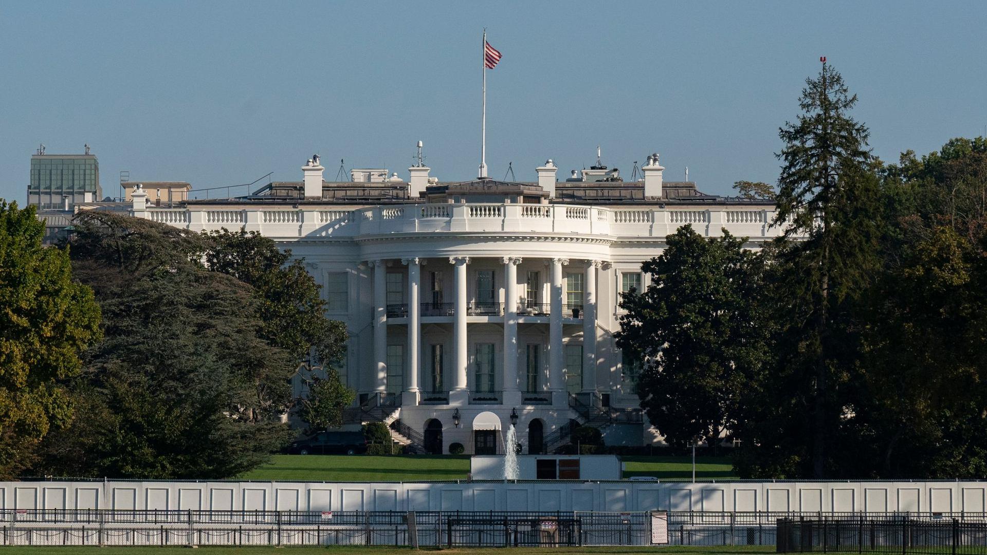 Der Sitz des US-Präsidentenm, das Weiße Haus in Washington. Das Haushaltsdefizit der US-Regierung ist wegen der Corona-Hilfen sprunghaft angestiegen.