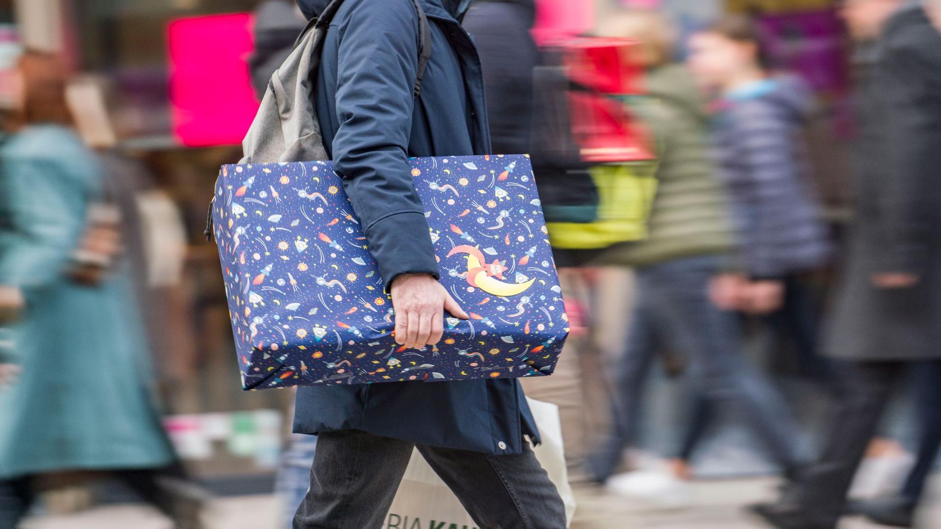 Frühere Weihnachtsgeld-Zahlungen könnten den Einzelhandel stärken und die Weihnachtseinkäufe entzerren.