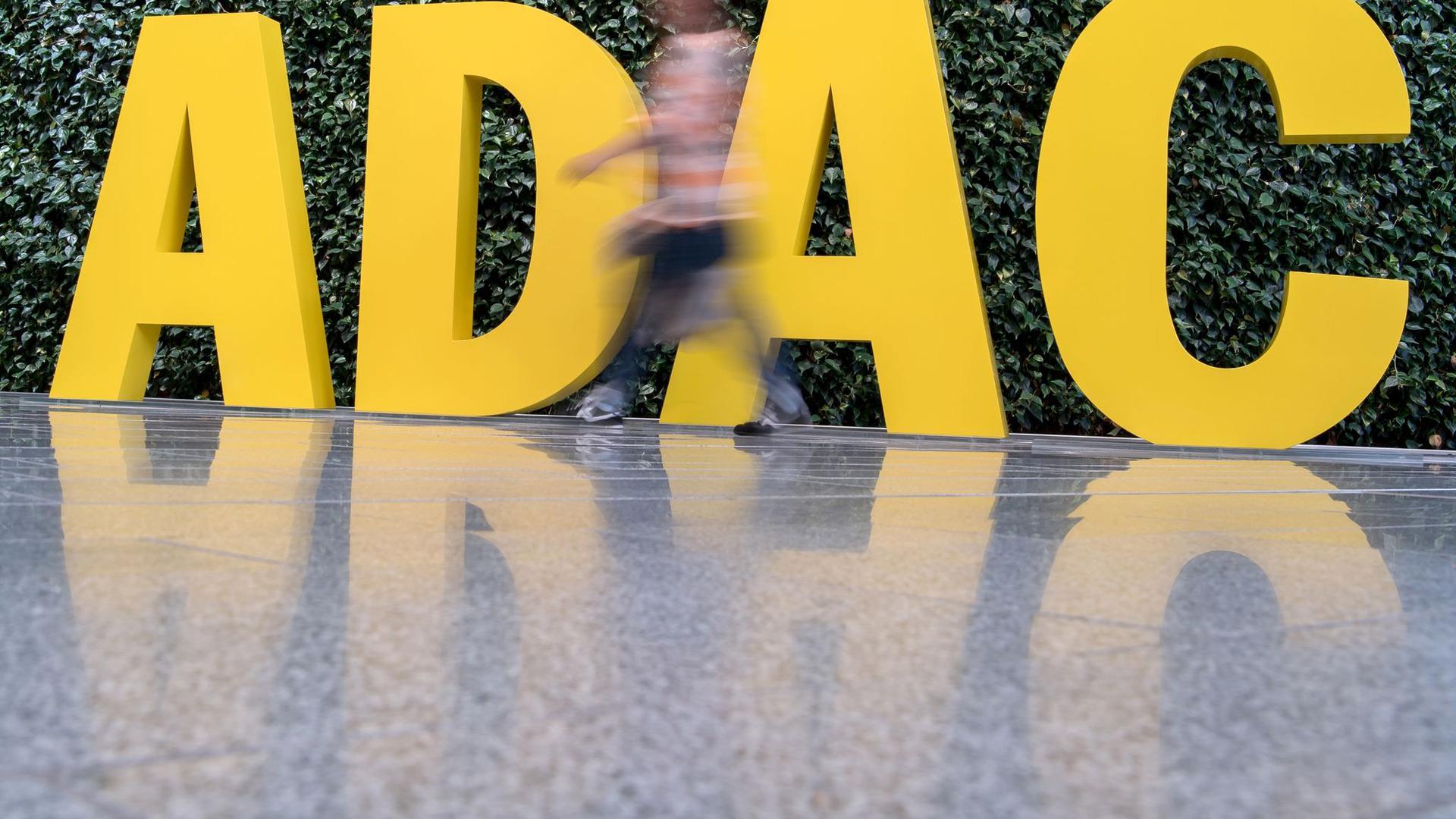 Das ADAC-Logo vor der Zentrale in München.