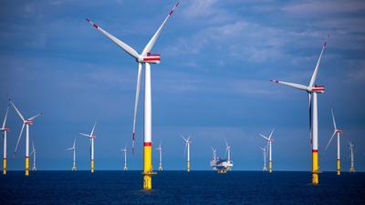 Windräder in der Ostsee zwischen den Inseln Rügen und Bornholm.