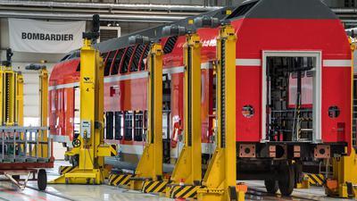 Blick in eine Fertigungshalle für Doppelstockwagen für die Bahn des Unternehmens Bombardier Transportation in Bautzen (Sachsen).