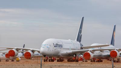 Zwei eingemotte Airbus A380 der Fluggesellschaft Lufthansa sind auf dem Flughafen Teruel in Spanien abgestellt.