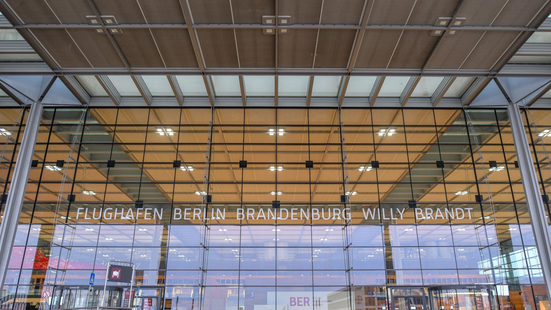Außenansicht des Hauptterminalgebäudes vom Hauptstadflughafen Berlin Brandenburg Willy Brandt (BER).