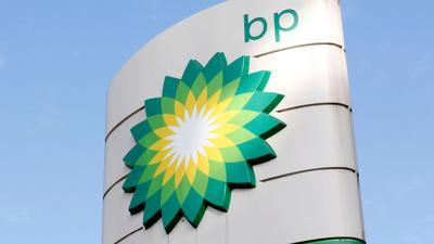 Das Firmenlogo des britischen Ölriesen BP an einer Tankstelle.