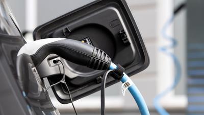 Ein BMWi3-Elektroauto wird an einer Ladesäule geladen. Plugin-Hybride sind in diesem Jahr in Europa der am schnellsten zulegende Typ Elektroauto.