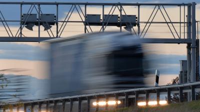 Ein Lastwagen fährt bei Magdala (Thüringen) auf der Bundesautobahn A4 unter einer Maut Kontrollbrücke durch.