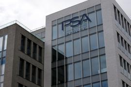 Das Logo des französischen Autoherstellers PSA Group am Unternehmenssitz in Rueil-Malmaison, westlich von Paris.