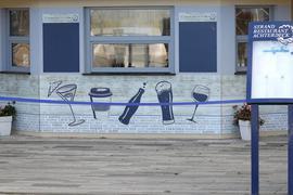 Geschlossen und mit einem Band abgesperrt ist ein Verkaufskiosk an der Promenade des Ostseebades.