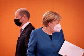 Bundeskanzlerin Angela Merkel (CDU) und Olaf Scholz (SPD), Bundesminister der Finanzen, kommen zur Sitzung des Bundeskabinetts im Bundeskanzleramt.